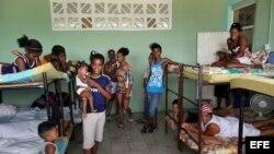 """Varios evacuados descansan en una escuela preparada como albergue hoy, lunes 03 de octubre de 2016, en la ciudad de Guantánamo (Cuba), ante la proximidad del huracán Matthew. Seis provincias de Cuba se encuentran bajo """"alarma ciclónica"""" a la espera del po"""