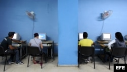 """El Gobierno cubano ampliará desde junio los puntos de conexión pública a internet con nuevas salas de navegación como parte de su política de facilitar el acceso """"social"""" a la red, pero continúa restringido su uso privado y desde los hogares."""