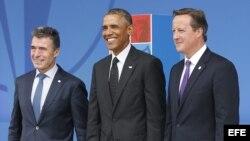 El secretario general de la OTAN, Anders Fogh Rasmussen (i), el presidente estadounidense, Barack Obama (c), y el primer ministro británico, David Cameron (d), posan juntos durante la cumbre de la OTAN en el hotel Celtic Manor cerca de Newport (Gales, Rei