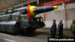 En esta foto de la agencia oficial norcoreana KCNA Kim Jong Un inspecciona un misil balístico.