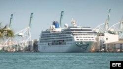 El crucero Adonia de la nueva línea de Carnival, Fathom, está anclado en el puerto de la Terminal de Cruceros de Miami, Florida.