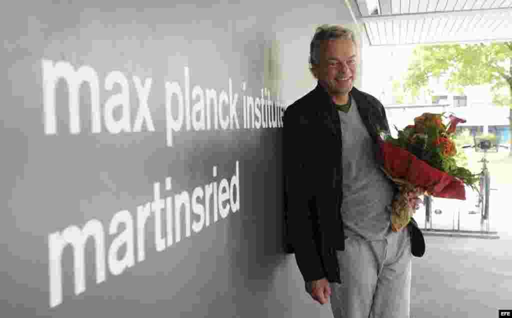 El científico noruego Edvard Moser es felicitado con flores en Martinsried, Alemania, el 6 de octubre del 2014.
