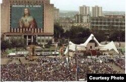 Insólito: Una imagen mural de Jesús ocupó por varios días la fachada de la Biblioteca Nacional en la Plaza de la Revolución durante la visita a Cuba del papa Juan Pablo II.