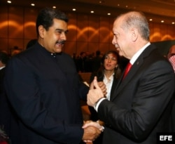 El presidente de Turquía, Recep Tayyip Erdogan (d), saluda a Nicolás Maduro en Estambul.
