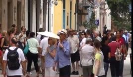 Los turistas abarrotan las calles de la Habana.