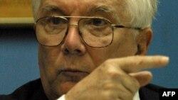 Armando Hart en una conferencia de prensa en 2001 en Costa Rica.