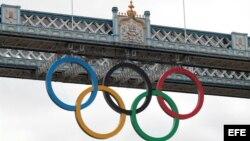 Los anillos olímpicos cuelgan del Tower Bridge en Londres, Reino Unido