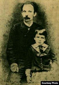 José Martí y su hijo en 1885.