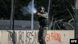 Un miembro de la Guardia Nacional Bolivariana (GNB) dispara durante una manifestación el jueves, 6 de julio de 2017, en Caracas.