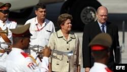 La presidenta de Brasil, Dilma Rousseff (i), es recibida en Cuba por el ministro cubano de Inversión Extranjera y Comercio Exterior, Rodrigo Malmierca (d).