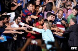 Hillary Clinton y su compañero de fórmula Tim Kaine hacen campaña en Miami.