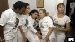 ARCHIVO. Las cinco representantes del movimiento cubano Damas de Blanco que tenían previsto viajar a Francia siguieron por teléfono la ceremonia de entrega del galardón el 14 de diciembre de 2005.