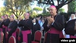 Obispos cubanos aplauden tras la develación de la imagen.