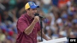 Henrique Capriles Radonsky (c), pronuncia un discurso ante sus seguidores durante una caravana electoral en Caracas, (Venezuela).