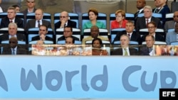Dilma junto a numerosos políticos en el final de la Copa del Mundo de Brasil