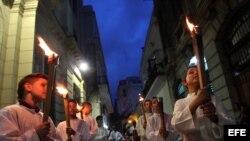 Niños participan en la procesión del Víacrucis en La Habana (Cuba).