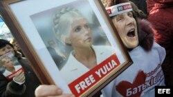 Miles de opositores ucranianos marchan por el centro de la capital ucraniana en protesta contra las represiones políticas y para exigir la libertad de la ex primera ministra Yulia Timoschenko