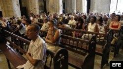Fieles cubanos en Misa