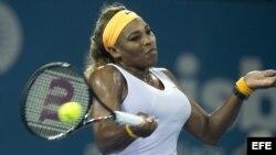 La tenista estadounidense Serena Williams devuelve la bola a la rusa Maria sharapova durante el partido que enfrentó a ambas en el torneo de Brisbane (Australia) hoy, viernes 3 de enero de 2014.