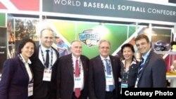 Antonio Castro (extrema derecha) posa junto a otros miembros de la Confederación de Béisbol y Softbol en San Petersburgo, Rusia.