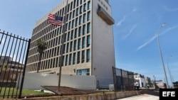 Trabajadores realizan labores de limpieza fuera de la embajada de EEUU tras el paso del huracán Irma por La Habana.