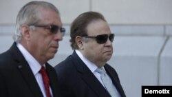 El doctor Salomon Melgen (d), a su llegada a la corte Federal de Newark, Nueva York (2 de abril, 2015).