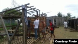 Cubanos en Colombia construyen ranchos vara en tierra