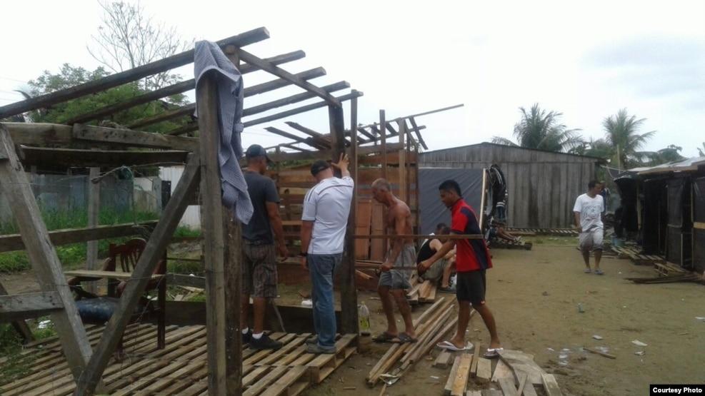 Cubanos en Colombia levantan precarias viviendas con los materiale que tienen a mano.