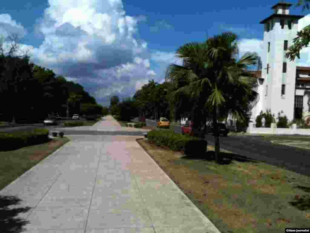 Marchan por esta avenida al finalizar la misa en la Iglesia Santa Rita