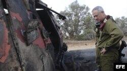 El jefe del Estado Mayor de la Defensa israelí, el general de división Benny Gantz, observa los restos de un vehículo acorazado durante su visita al lugar donde se produjo anoche el ataque por parte de supuestos terroristas en Kerem Shalom (Israel). EFE/