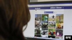 Una persona consulta la página pública de Facebook en el que decenas de mujeres iraníes han colgado su foto al aire libre y sin el velo islámico, de uso obligado en el país.