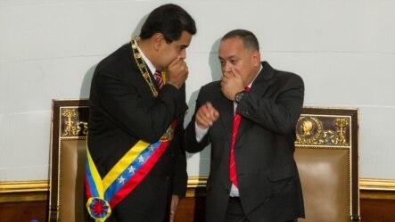 El mandatario venezolano, Nicolás Maduro, habla con el presidente de la Asamblea Nacional, Diosdado Cabello el 10 de marzo de 2015.