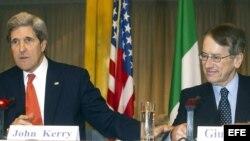 El secretario de Estado estadounidense, John Kerry, en rueda de prensa junto al ministro de Exteriores italiano, Giulio Terzi