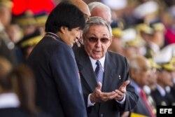 El presidente de Bolivia, Evo Morales (i), habla con el gobernante de Cuba, Raúl Castro (d). Foto de archivo.