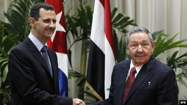 Al Assad (i) y Raúl Castro (d).