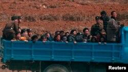 Campesinos son transportados a los campos al noroeste de Pyongyang.