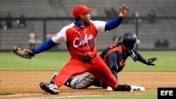 Foto de archivo del pelotero cubano Leslie Anderson (i) en acción ante el jugador japonés Akinori Iwamura (d) durante el partido del Clásico Mundial de Béisbol 2009 disputado en Petco Park, San Diego, Estados Unidos, el 18 marzo de 2009.