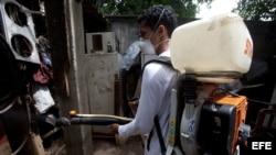 Un trabajador del Ministerio de Salud (MINSA) realiza labores de fumigación en un barrio de Managua (Nicaragua).