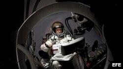 Fotografía facilitada por Red Bull Stratos que muestra al deportista extremo austríaco Felix Baumgartner en el interior de su nave.