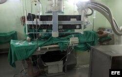 Dos médicos realizan una angioplastia a un paciente en el Instituto de Cardiología y Cirugía Cardiovasculares de La Habana (Cuba). Foto Archivo