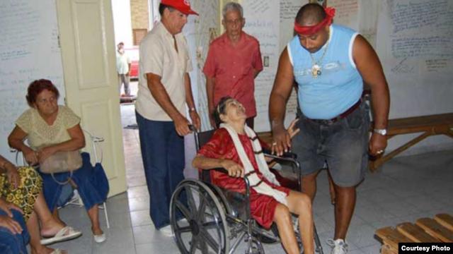 El curandero Lino Tomasen trata de sanar a una anciana.