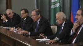 El ministro ruso de Exteriores Sergei Lavrov (centro), el secretario general de la Liga Árabe Nabil al Arabi (2ºdcha), el ministro iraquí de Exteriores Hoshyar Zebari (dcha), el ministro libanés de Exteriores Adnan Mansour (2ºizda) y el ministro egipcio