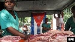 Una venta de carne de cerdo, el puerco asado es componente principal de la cena de fin de año de los cubanos.