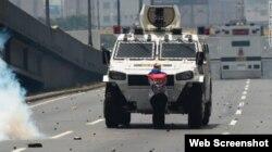 La mujer desconocida que se paró desafiante frente a una tanqueta durante las protestas en Caracas.
