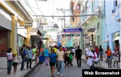 Calle Enramada Santiago de Cuba visitada por los turistas