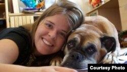 Kayla Mueller, aquí en una foto familiar, fue reiteradamente violada por el cabecilla de EstadoIsl+amico Al Baghdadi.