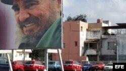 Una valla con la imagen de Fidel Castro se encuentra en el centro del parque del teatro Karl Marx en La Habana. Archivo.