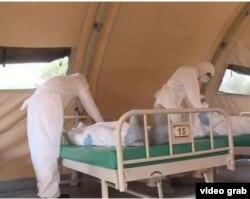 Médicos cubanos se entrenan con muñecos en el Instituto de Medicina Tropical para combatir el ébola.