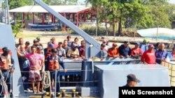 Grupo de 35 cubanos son trasladados de Islas del Cisne al puerto de Trujillo en Honduras.