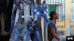 Vista de un negocio privado de venta de ropa importada antes de que los prohibieran en Cuba. (Archivo)